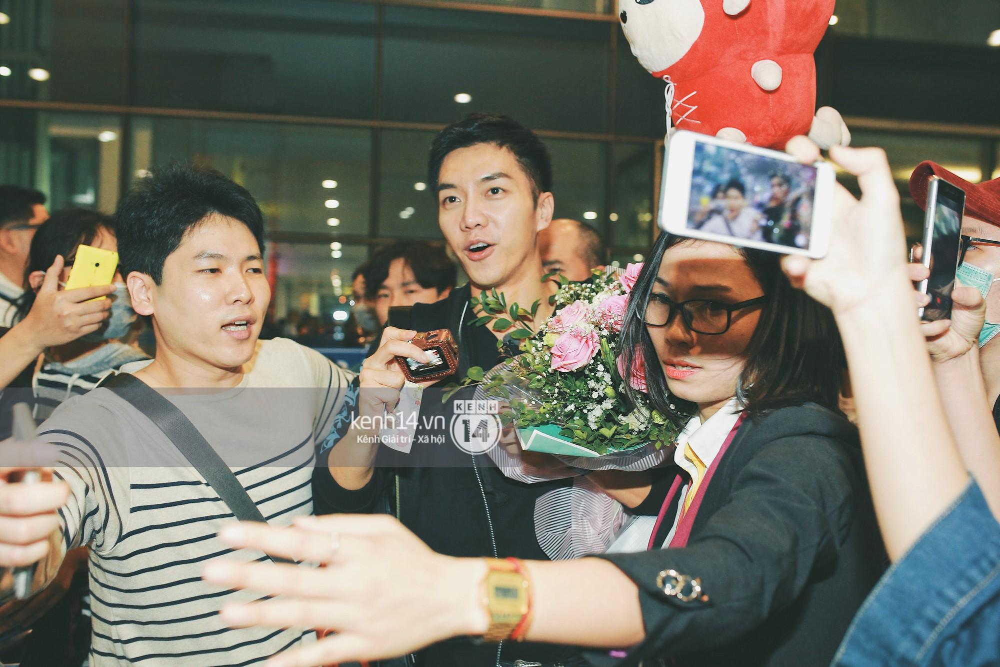 Ngộ Không Lee Seung Gi tươi rói nhận hoa, Yook Sung Jae điển trai giữa đám đông fan phấn khích tại sân bay Nội Bài - Ảnh 4.