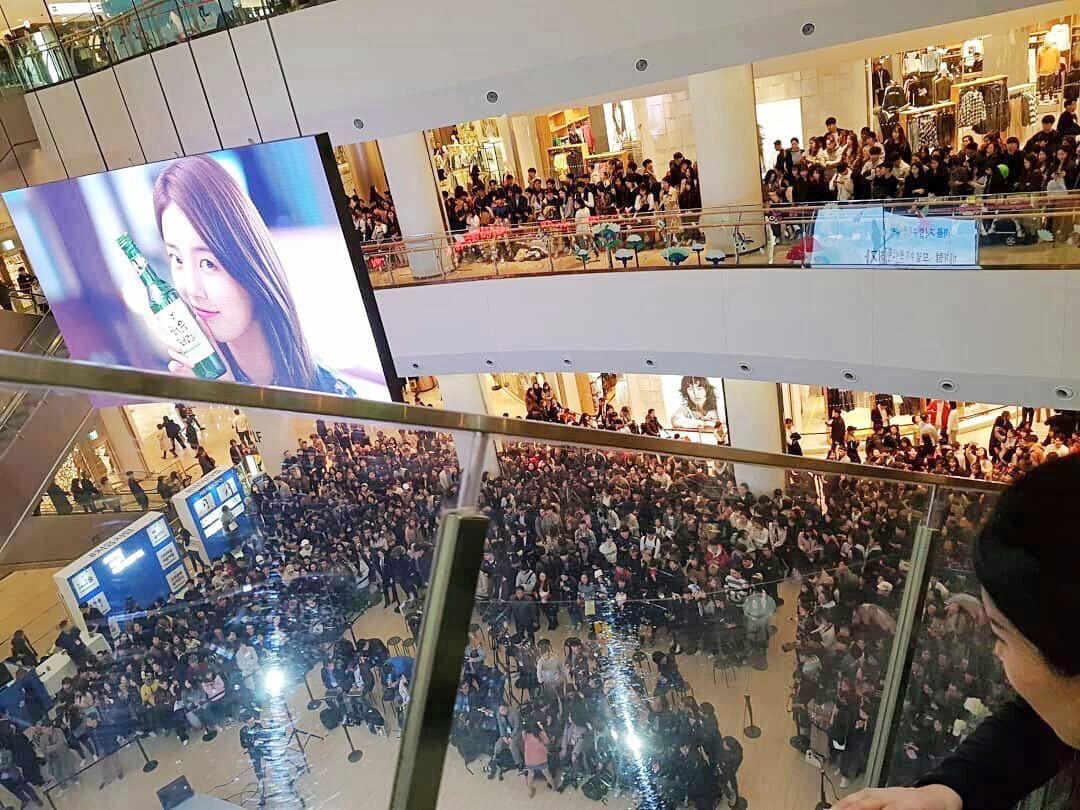 Suzy lần đầu lộ diện hậu hẹn hò Lee Dong Wook: Mặt béo nhưng vẫn khiến cả trung tâm thương mại náo loạn vì quân đoàn fan - Ảnh 4.
