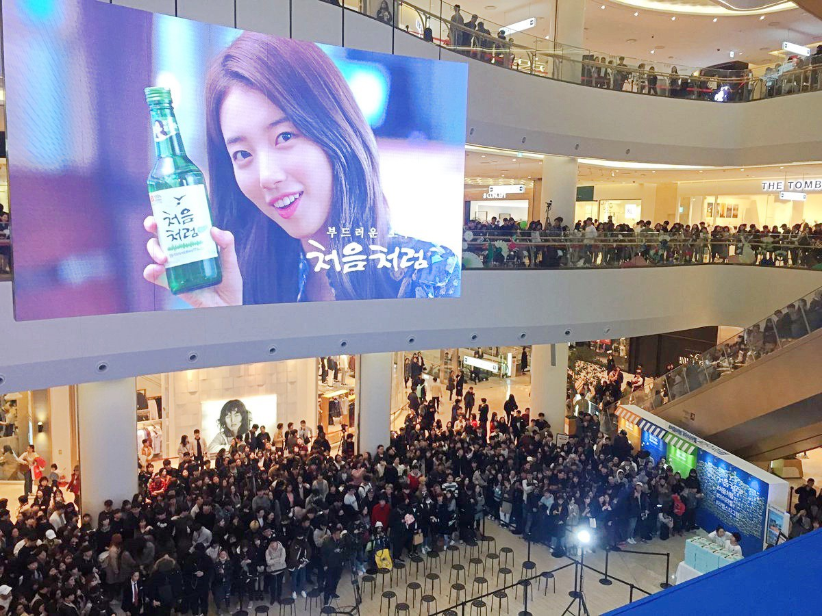 Suzy lần đầu lộ diện hậu hẹn hò Lee Dong Wook: Mặt béo nhưng vẫn khiến cả trung tâm thương mại náo loạn vì quân đoàn fan - Ảnh 2.