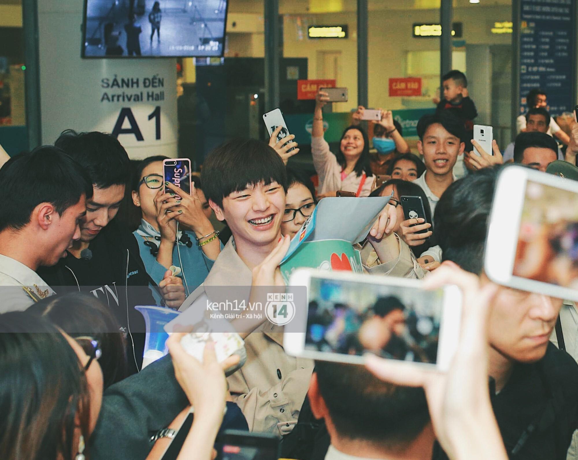 Ngộ Không Lee Seung Gi tươi rói nhận hoa, Yook Sung Jae điển trai giữa đám đông fan phấn khích tại sân bay Nội Bài - Ảnh 6.