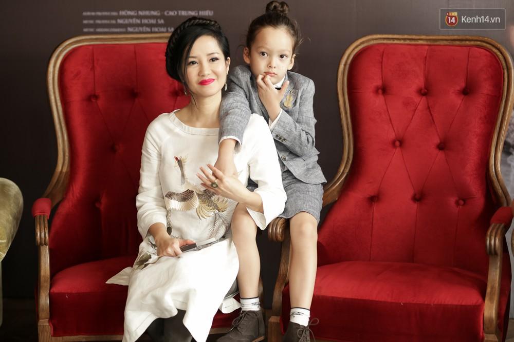 Gần 50 tuổi cũng chẳng sao, Diva Hồng Nhung vẫn cài hoa lên đầu và ăn mặc như học sinh - Ảnh 8.