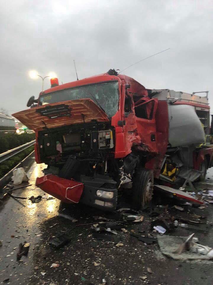 Vụ va chạm kinh hoàng giữa xe cứu hỏa và xe khách trên cao tốc Pháp Vân