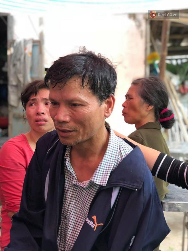 Chú Chử Văn Đỗ khóc thương người con trai út.