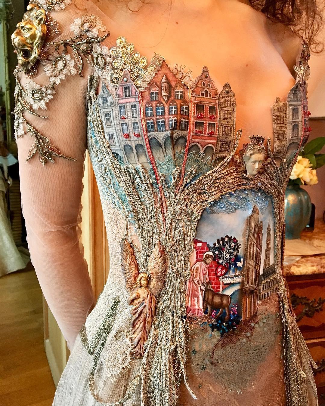 Chiêm ngưỡng những bộ váy dạ hội lồng lộn được tạo nên từ nguyên liệu tái chế - Ảnh 1.