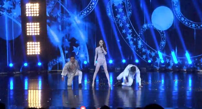 Phần biểu diễn giúp Hương Giang mang về chiến thắng đầu tiên trong đêm bán kết Hoa hậu Chuyển giới - Ảnh 2.