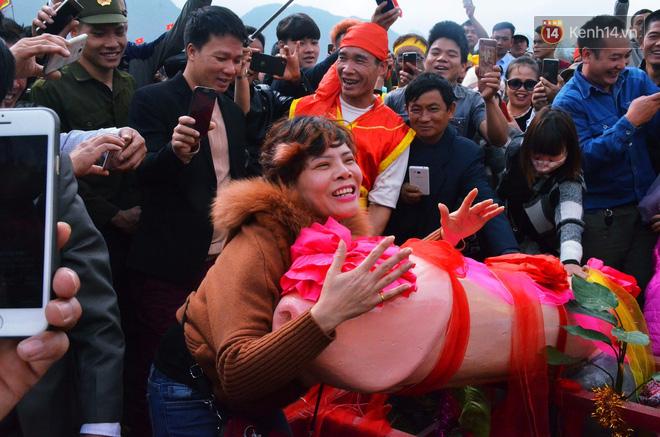 Nhiều người dân chen chân chụp ảnh bên cạnh của quý khổng lồ trong lễ hội độc nhất vô nhị ở Việt Nam - Ảnh 9.