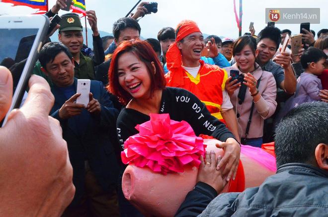 Nhiều người dân chen chân chụp ảnh bên cạnh của quý khổng lồ trong lễ hội độc nhất vô nhị ở Việt Nam - Ảnh 10.