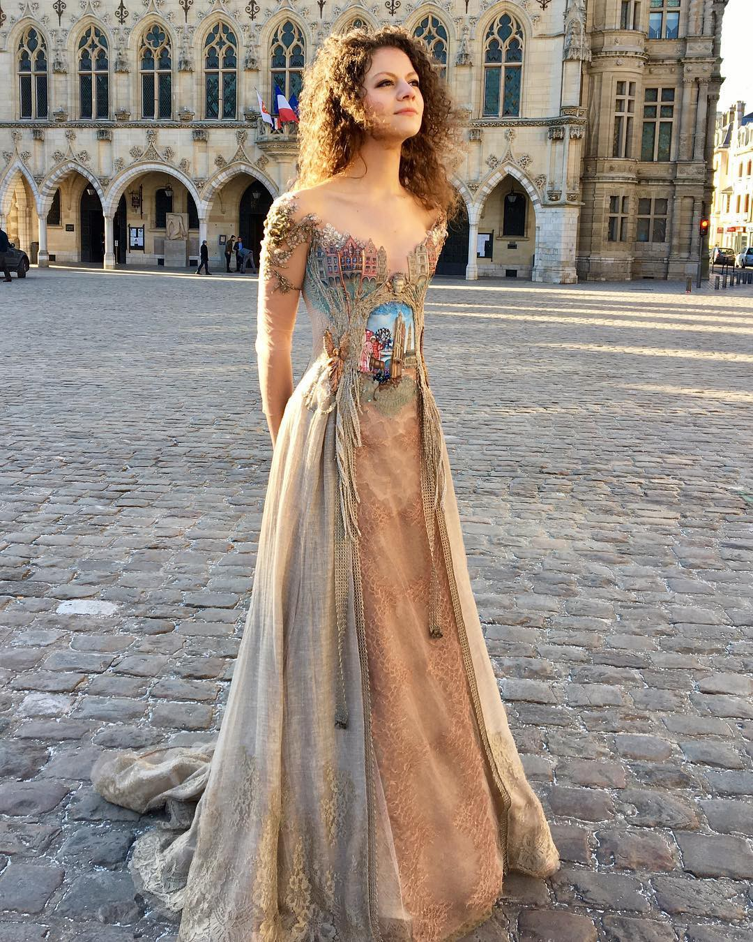 Chiêm ngưỡng những bộ váy dạ hội lồng lộn được tạo nên từ nguyên liệu tái chế - Ảnh 3.