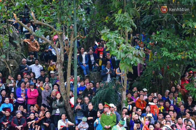 Nhiều người dân chen chân chụp ảnh bên cạnh của quý khổng lồ trong lễ hội độc nhất vô nhị ở Việt Nam - Ảnh 13.