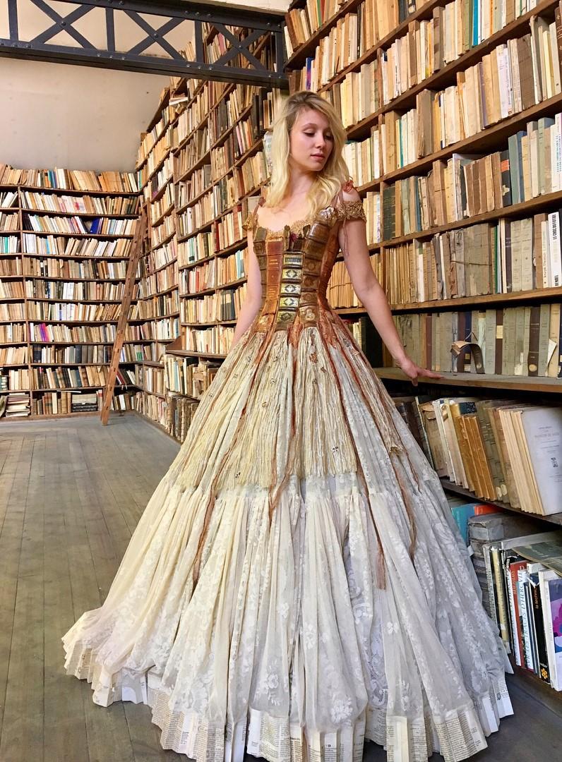 Chiêm ngưỡng những bộ váy dạ hội lồng lộn được tạo nên từ nguyên liệu tái chế - Ảnh 9.