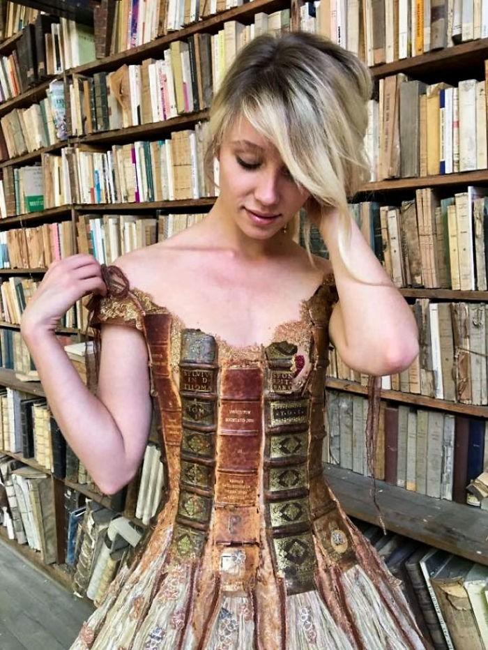 Chiêm ngưỡng những bộ váy dạ hội lồng lộn được tạo nên từ nguyên liệu tái chế - Ảnh 7.
