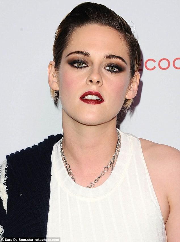Thần thái đầy kiêu kỳ, sắc đẹp của Kristen Stewart dìm hàng toàn tập cô bạn gái siêu mẫu - Ảnh 1.