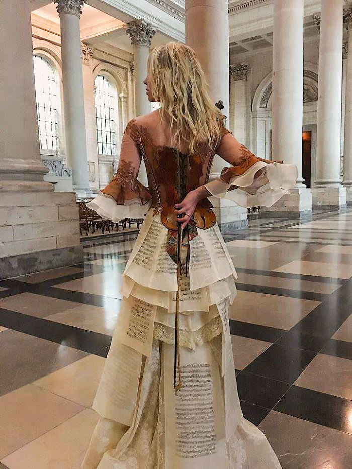 Chiêm ngưỡng những bộ váy dạ hội lồng lộn được tạo nên từ nguyên liệu tái chế - Ảnh 13.