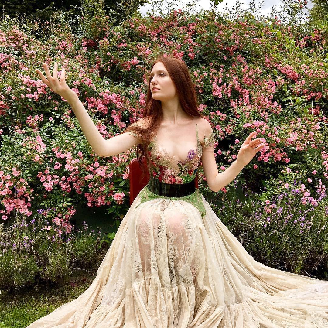 Chiêm ngưỡng những bộ váy dạ hội lồng lộn được tạo nên từ nguyên liệu tái chế - Ảnh 17.