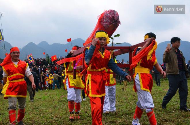 Nhiều người dân chen chân chụp ảnh bên cạnh của quý khổng lồ trong lễ hội độc nhất vô nhị ở Việt Nam - Ảnh 3.