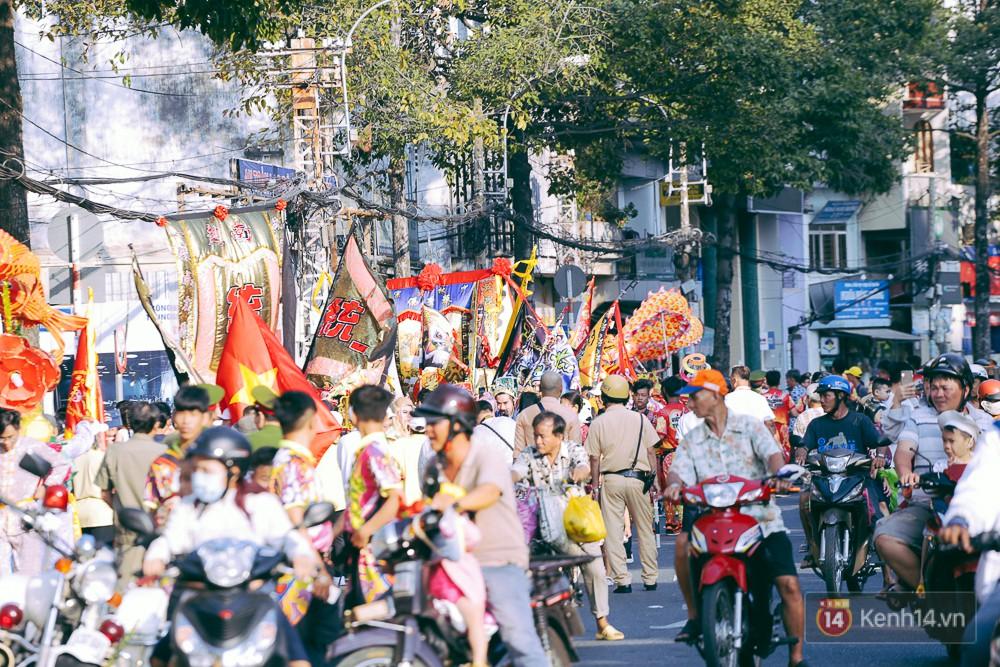 Thầy trò Đường Tăng xuống phố diễu hành trong ngày Tết Nguyên tiêu của người Hoa ở Sài Gòn - Ảnh 3.
