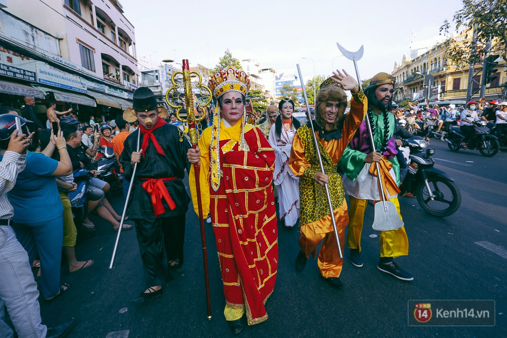 Thầy trò Đường Tăng xuống phố diễu hành trong ngày Tết Nguyên tiêu của người Hoa ở Sài Gòn - Ảnh 8.