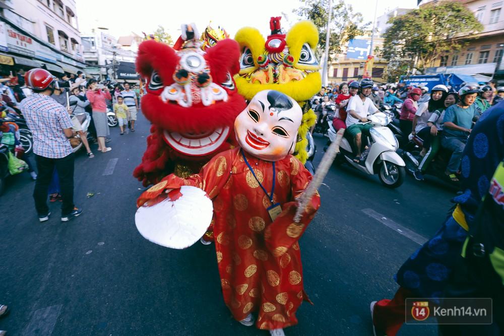 Thầy trò Đường Tăng xuống phố diễu hành trong ngày Tết Nguyên tiêu của người Hoa ở Sài Gòn - Ảnh 10.