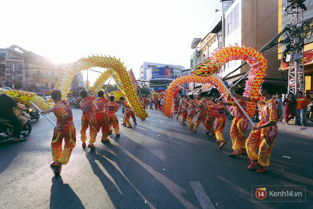 Thầy trò Đường Tăng xuống phố diễu hành trong ngày Tết Nguyên tiêu của người Hoa ở Sài Gòn - Ảnh 7.