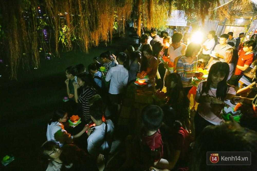 Hàng nghìn người chen nhau thả hoa đăng vào đêm rằm tháng Giêng trên sông Sài Gòn - Ảnh 1.