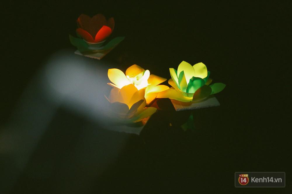 Hàng nghìn người chen nhau thả hoa đăng vào đêm rằm tháng Giêng trên sông Sài Gòn - Ảnh 13.