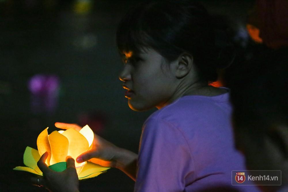 Hàng nghìn người chen nhau thả hoa đăng vào đêm rằm tháng Giêng trên sông Sài Gòn - Ảnh 8.