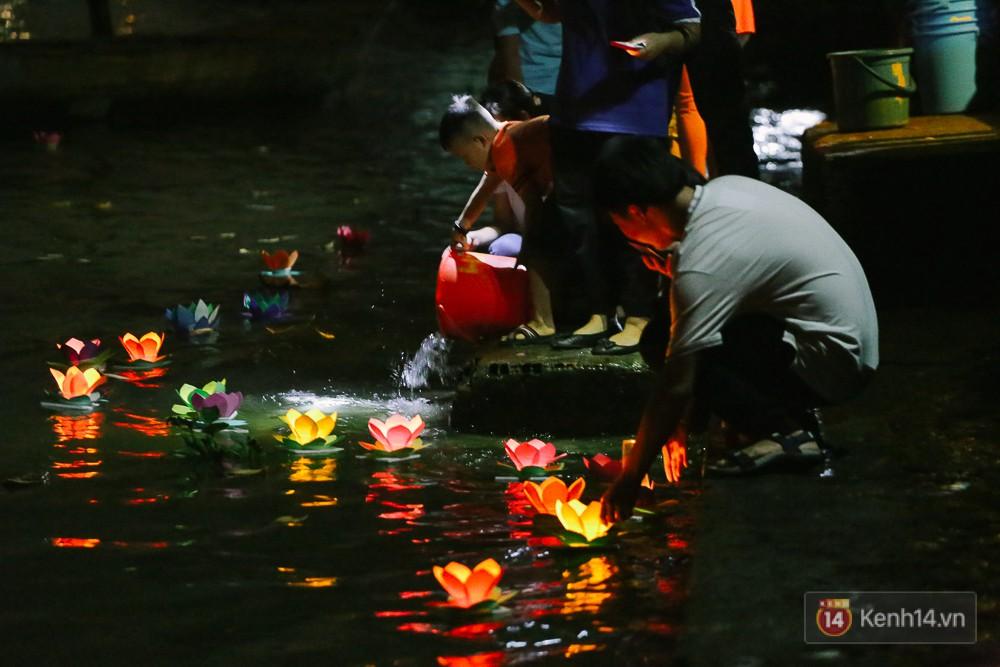 Hàng nghìn người chen nhau thả hoa đăng vào đêm rằm tháng Giêng trên sông Sài Gòn - Ảnh 5.