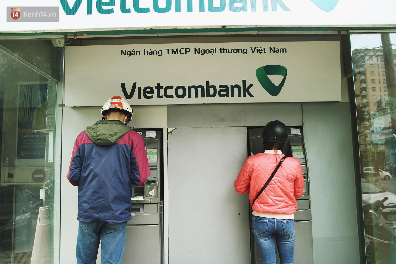 """Nhiều chủ tài khoản Vietcombank phản ứng sau biểu phí mới: Sẽ mở thêm vài tài khoản ngân hàng khác để không bị """"phụ thuộc""""! - Ảnh 1."""
