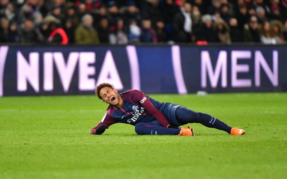 Neymar được bạn gái vỗ về trước ca phẫu thuật quan trọng - Ảnh 4.