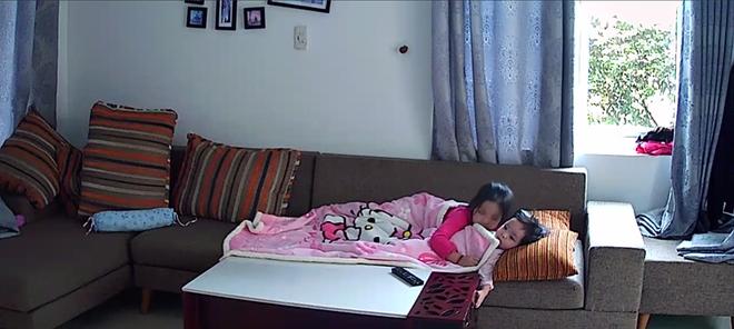 Hình ảnh chị cô đơn nằm ở phòng khách đợi mẹ ru em khiến trái tim mẹ 2 con nhói đau, câu chuyện phía sau còn thú vị hơn - Ảnh 13.