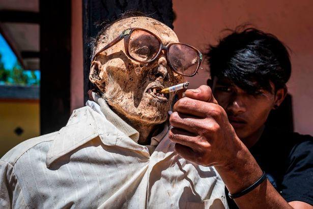 Bên trong ngôi làng của cái chết, nơi dân làng đào mộ, mặc quần áo mới cho thi thể người thân rồi còn mời thuốc lá - Ảnh 3.