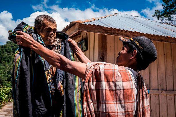 Bên trong ngôi làng của cái chết, nơi dân làng đào mộ, mặc quần áo mới cho thi thể người thân rồi còn mời thuốc lá - Ảnh 4.