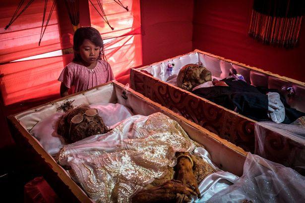 Bên trong ngôi làng của cái chết, nơi dân làng đào mộ, mặc quần áo mới cho thi thể người thân rồi còn mời thuốc lá - Ảnh 5.
