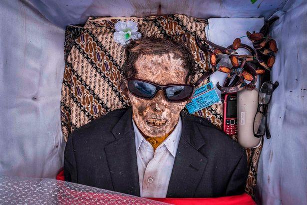 Bên trong ngôi làng của cái chết, nơi dân làng đào mộ, mặc quần áo mới cho thi thể người thân rồi còn mời thuốc lá - Ảnh 6.