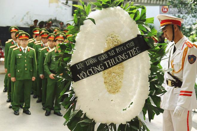 Chị gái khóc ngất trong lễ tang chiến sĩ PCCC hy sinh trên đường đi cứu nạn ở cao tốc Pháp Vân - Ảnh 8.