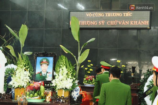 Chị gái khóc ngất trong lễ tang chiến sĩ PCCC hy sinh trên đường đi cứu nạn ở cao tốc Pháp Vân - Ảnh 1.