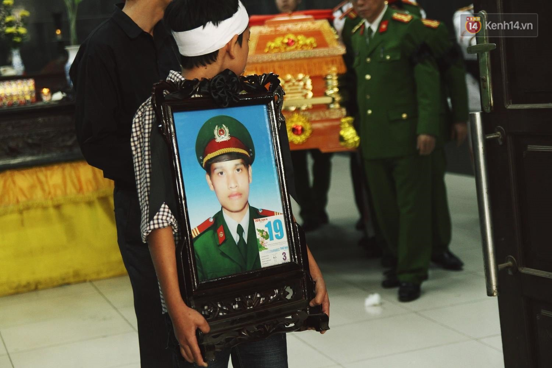 Chị gái khóc ngất trong lễ tang chiến sĩ PCCC hy sinh trên đường đi cứu nạn ở cao tốc Pháp Vân - Ảnh 16.