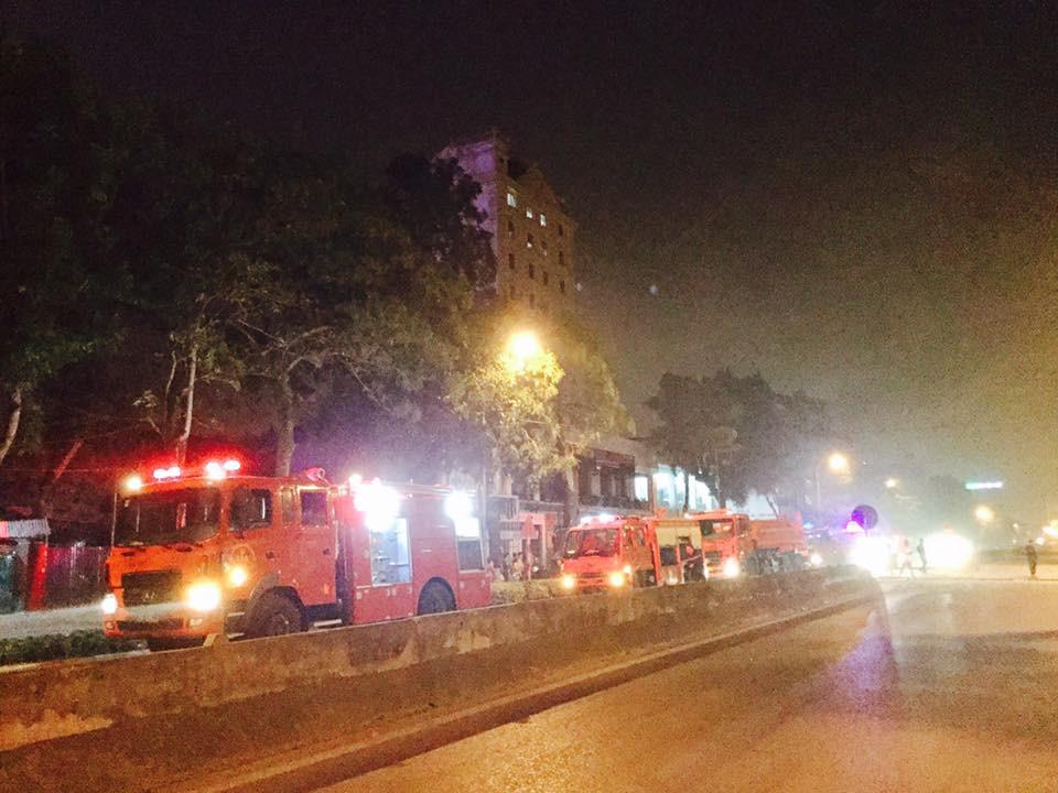 Tiếng nổ rầm trời phát ra từ nhà hàng 2 tầng ở Nghệ An, kính vỡ tung toé trong đêm - Ảnh 3.
