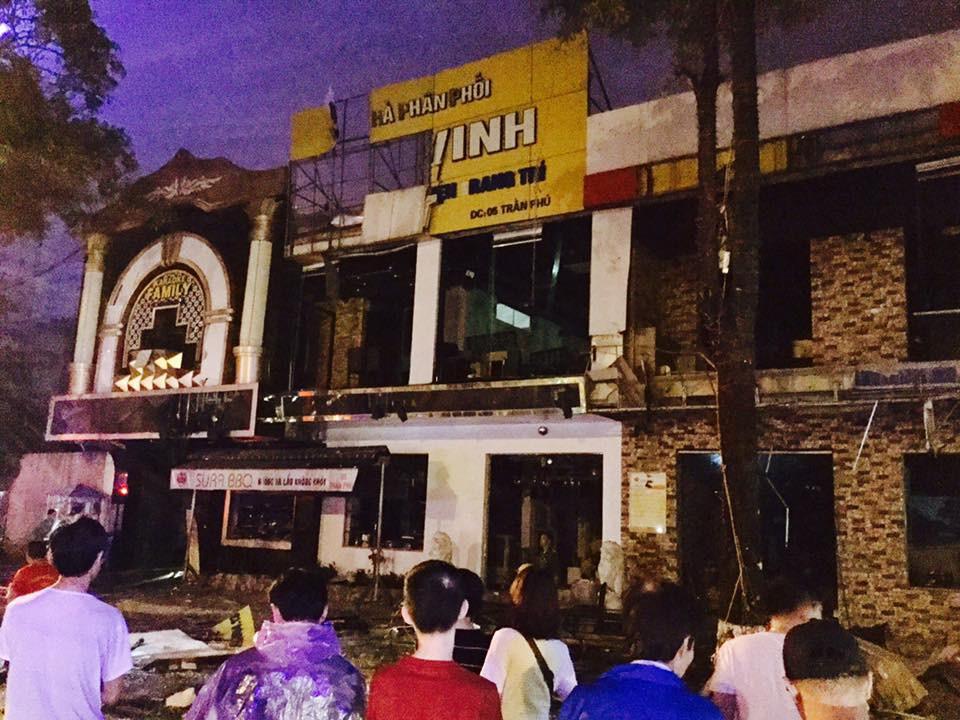 Tiếng nổ rầm trời phát ra từ nhà hàng 2 tầng ở Nghệ An, kính vỡ tung toé trong đêm - Ảnh 2.