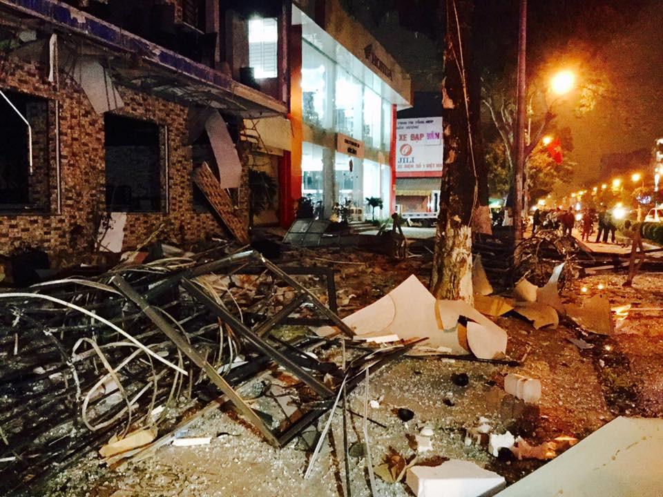 Tiếng nổ rầm trời phát ra từ nhà hàng 2 tầng ở Nghệ An, kính vỡ tung toé trong đêm - Ảnh 4.