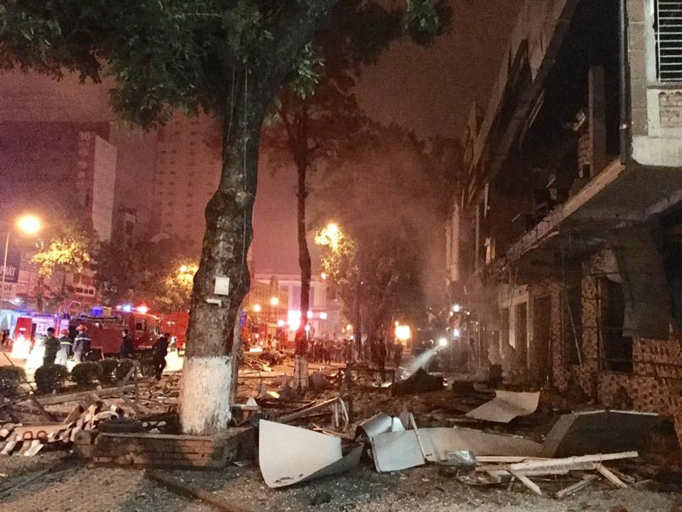 Tiếng nổ rầm trời phát ra từ nhà hàng 2 tầng ở Nghệ An, kính vỡ tung toé trong đêm - Ảnh 5.