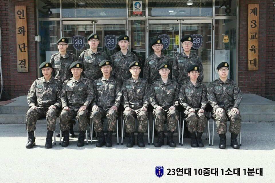 Bức ảnh đầu tiên của Lee Min Ho trong trang phục lính: Mặt mộc tròn trịa nhưng khí chất không thể đùa được - Ảnh 1.