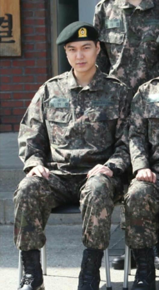 Bức ảnh đầu tiên của Lee Min Ho trong trang phục lính: Mặt mộc tròn trịa nhưng khí chất không thể đùa được - Ảnh 2.