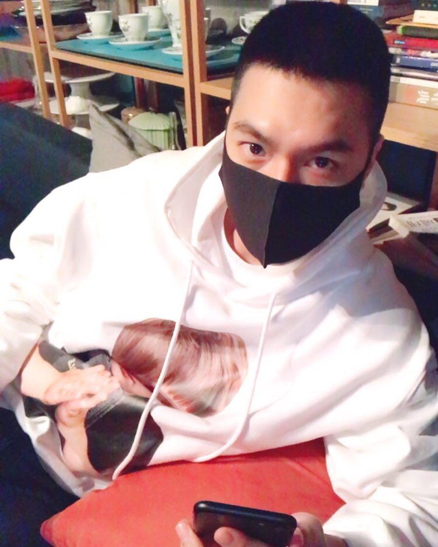 Bức ảnh đầu tiên của Lee Min Ho trong trang phục lính: Mặt mộc tròn trịa nhưng khí chất không thể đùa được - Ảnh 3.