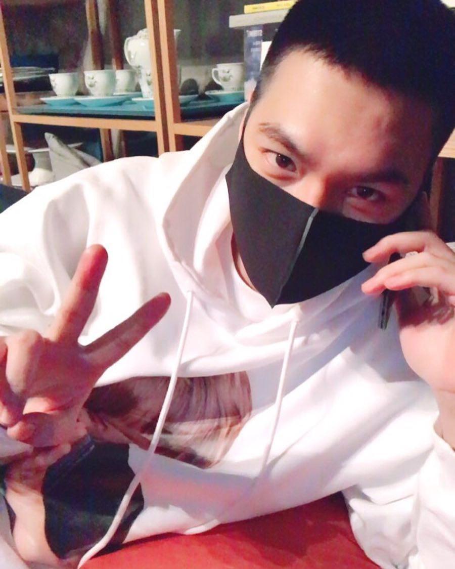 Bức ảnh đầu tiên của Lee Min Ho trong trang phục lính: Mặt mộc tròn trịa nhưng khí chất không thể đùa được - Ảnh 4.