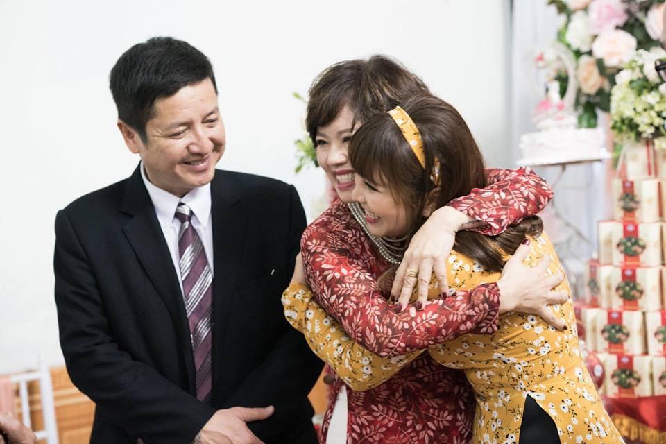 Táo Giao thông Chí Trung cười hạnh phúc trong lễ đám hỏi của con trai - Ảnh 3.