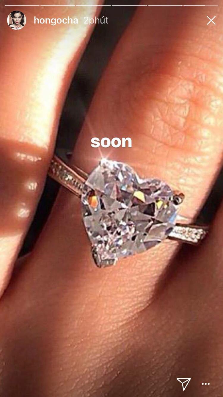 Khoe nhẫn khủng, Hồ Ngọc Hà chuẩn bị làm đám cưới với Kim Lý hay sắp chuyển sang ngạch buôn kim cương? - Ảnh 1.