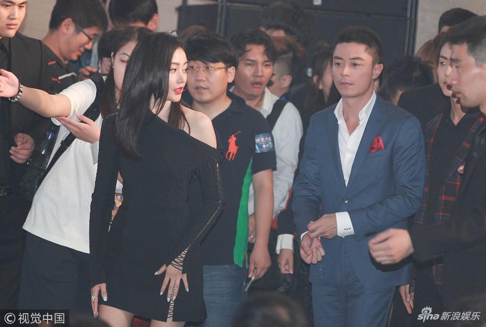 Vì sợ vợ Lâm Tâm Như mà Hoắc Kiến Hoa không dám liếc nhìn người đẹp đứng bên