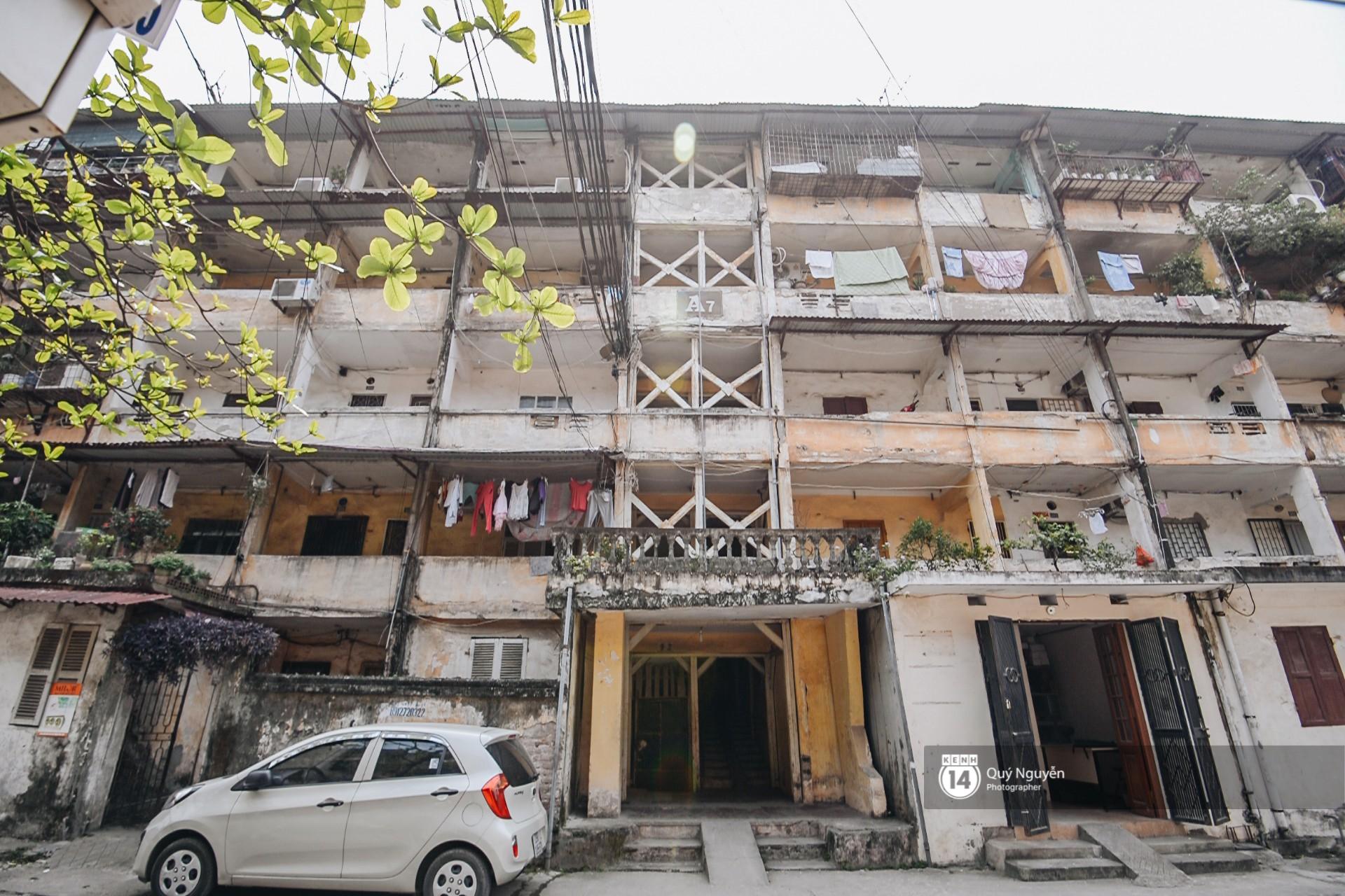 Chùm ảnh: Thấp thỏm sống trong chung cư tử thần đầy những vết nứt ở Hà Nội - Ảnh 1.