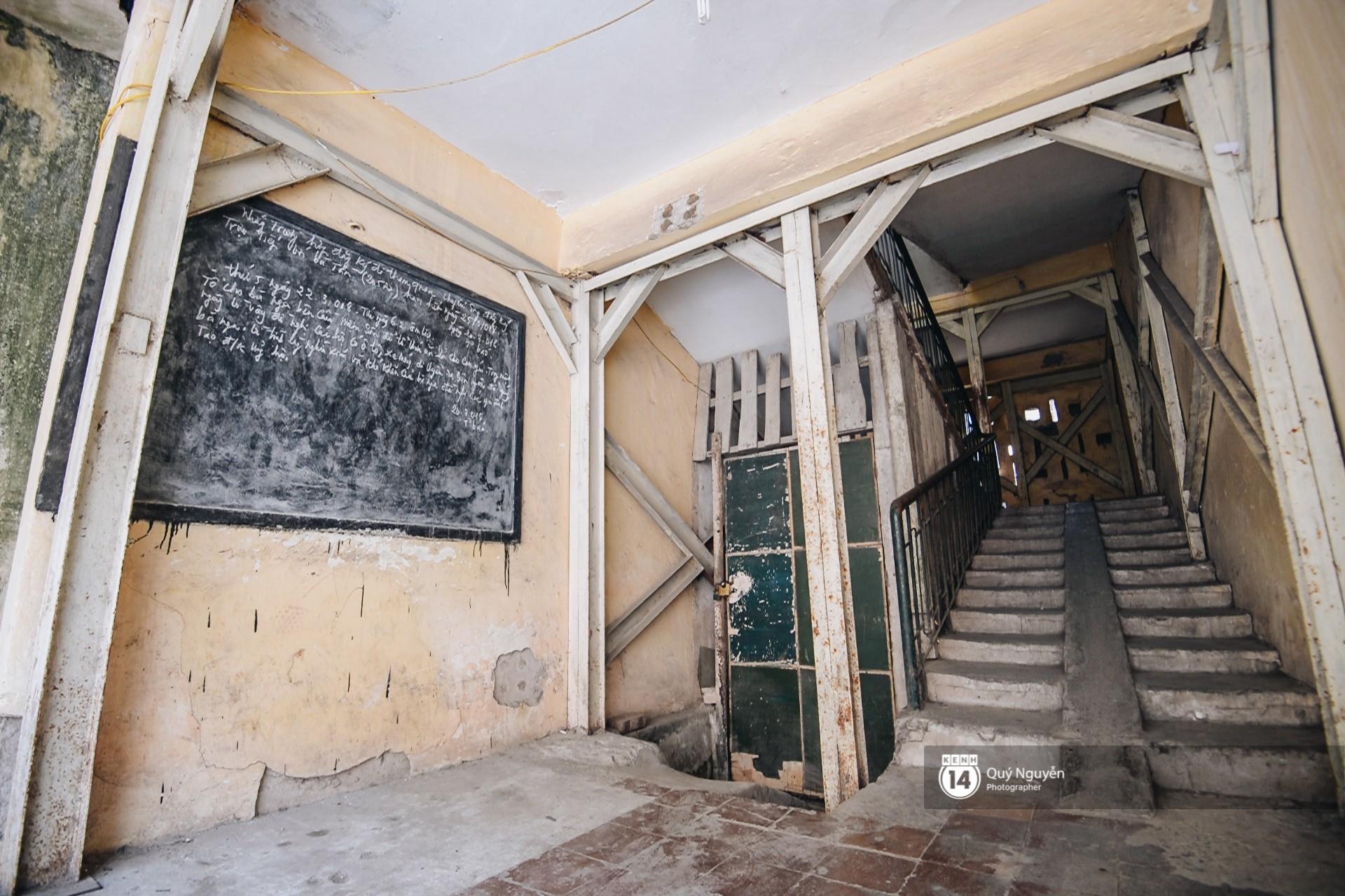 Chùm ảnh: Thấp thỏm sống trong chung cư tử thần đầy những vết nứt ở Hà Nội - Ảnh 2.